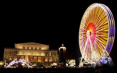 Leipziger Opernhaus mit Weihnachtsmarkt